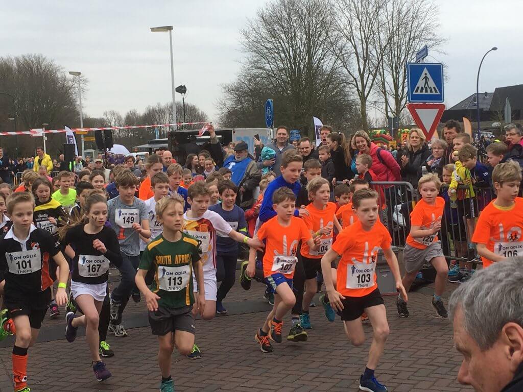 Enthousiaste kids rennen weg na startschot